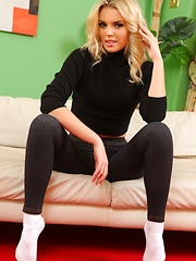 Porchia looks sexy in this casual outfit black leggings and black number