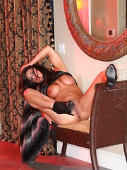 Muscle girl Nikki Jackson strips and shows off her bald pussy and big clit.